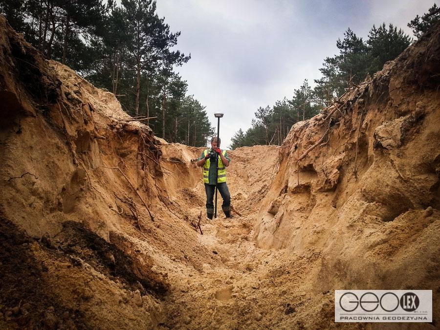 Geodezyjna obsługa inwestycji, czyli raz na wozie, raz w… wykopie